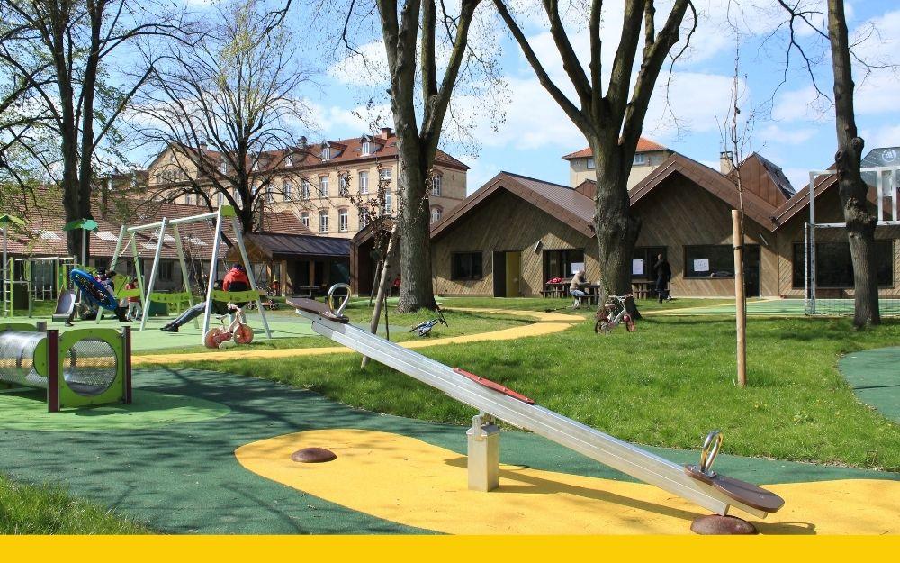 Enfants autistes accueillis dans un espace vert