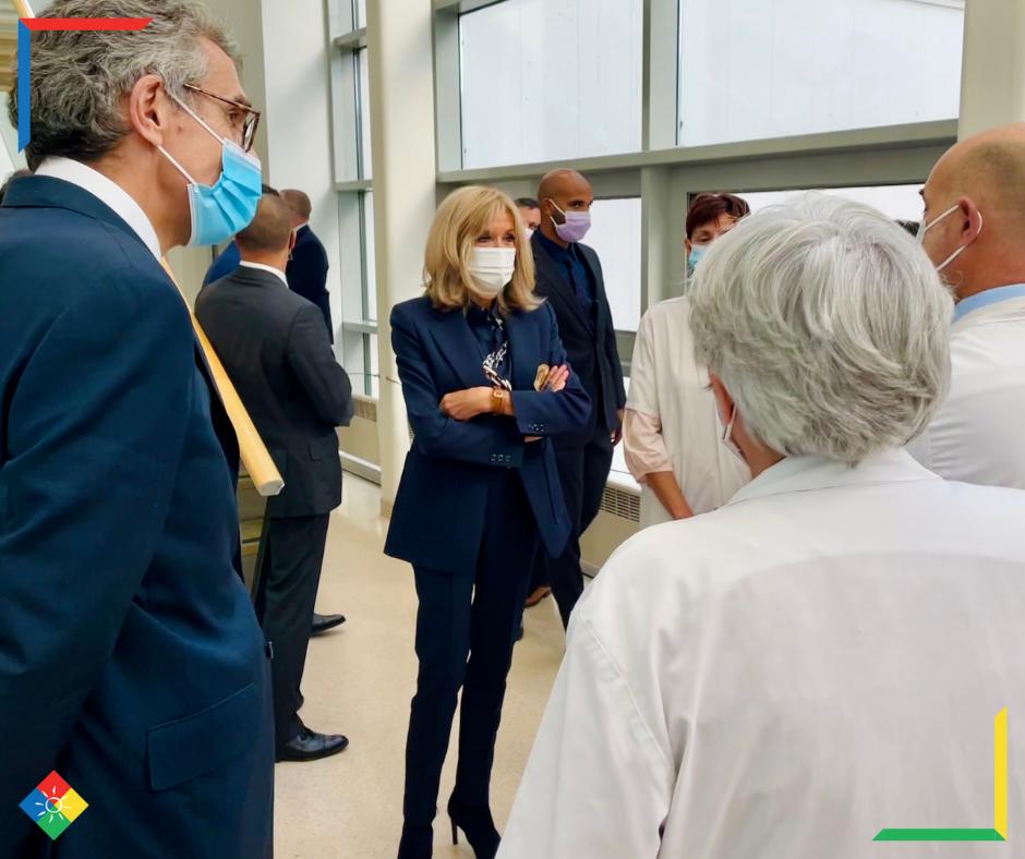 Les membres du département d'imagerie médicale de Gustave Roussy font découvrir la nouvelle salle d'attente d'imagerie pédiatrique à Brigitte Macron, Présidente de la Fondation des Hôpitaux