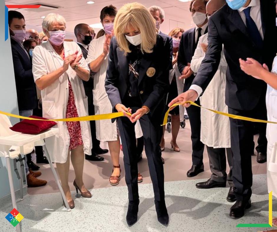 """Brigitte Macron coupe le ruban jaune pour inaugurer la nouvelle unité """"La Montagne"""" de Gustave Roussy en compagnie des équipes du service pédiatrique"""